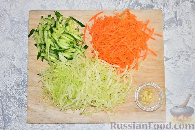 порезать огурец, натереть морковь