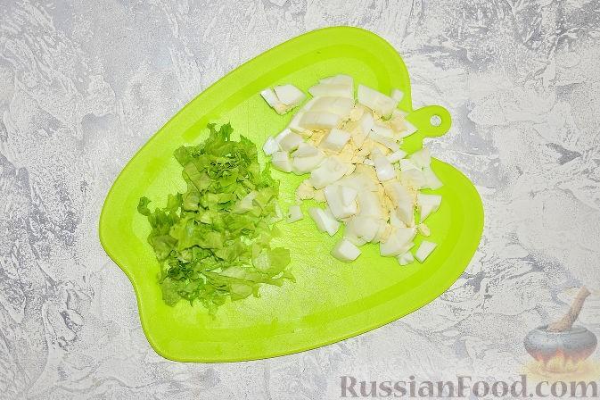 салат порвать, яйцо порезать кубиками